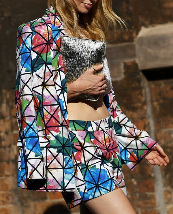 STREET-STYLE-OVERSIZED-FLORAL-PRINTS-SHORTS-SUIT-GRAPHIC-PRINT-LINES-OVER-FLORAL-PRINT-JACKET-AND-SHORTS-SILVER-METALLIC-CLUTCH-BAG-THUMB-RING-SYDNEY-AUSTRALIAN-FASHION-WEEK-HIL-OH-VOGUE-MAGAZINE