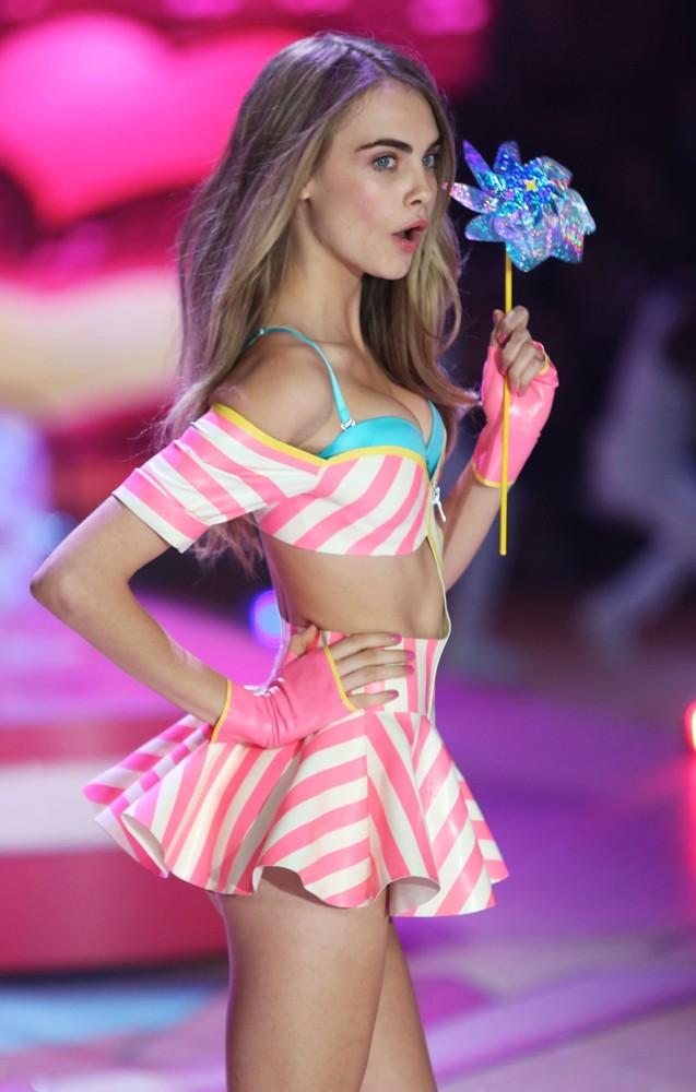 cara-delevingne-2012-victoria-s-secret-fashion-show-inside-01