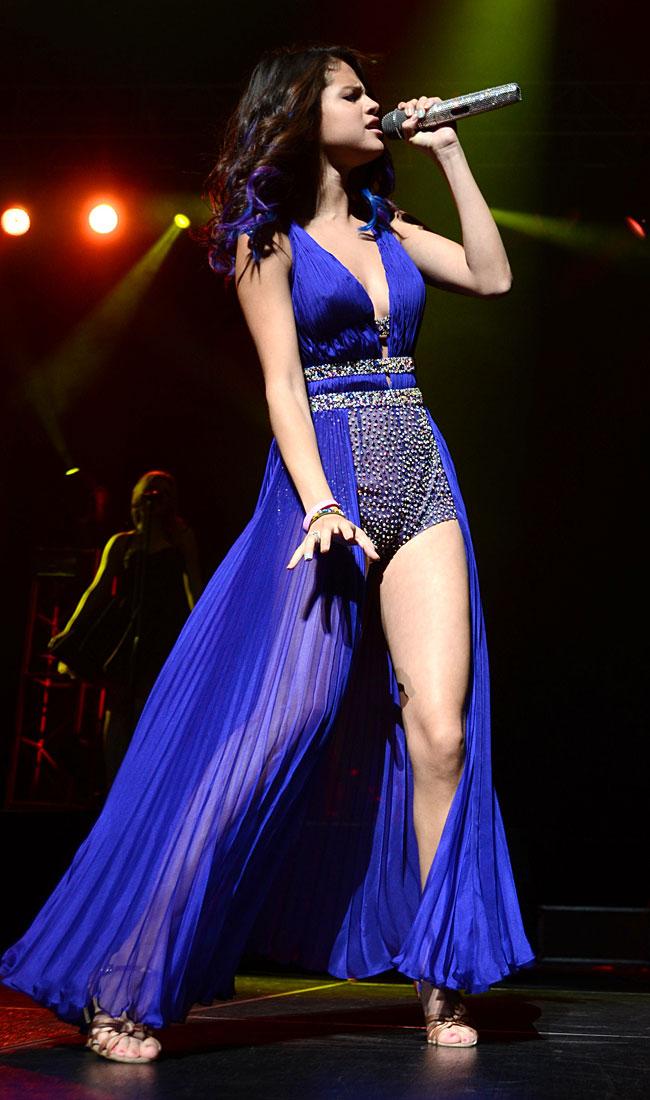 Selena-Gomez-hot-gambe-abito-blu-concerto-Porto-Rico-22-gennaio-2012-1