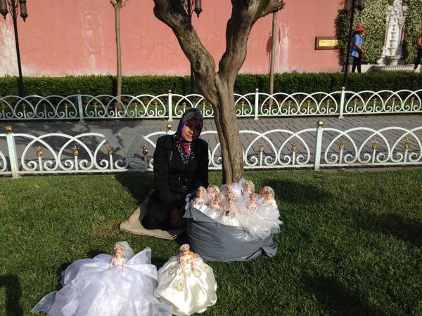 18. Una donna vende bambole