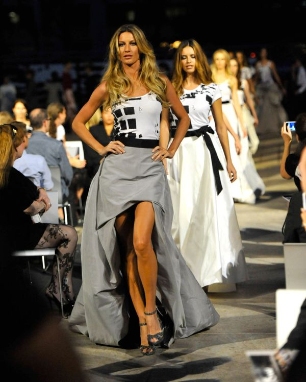 Gisele-Bundchen-took-catwalk-Fashion-Night-Out-runway