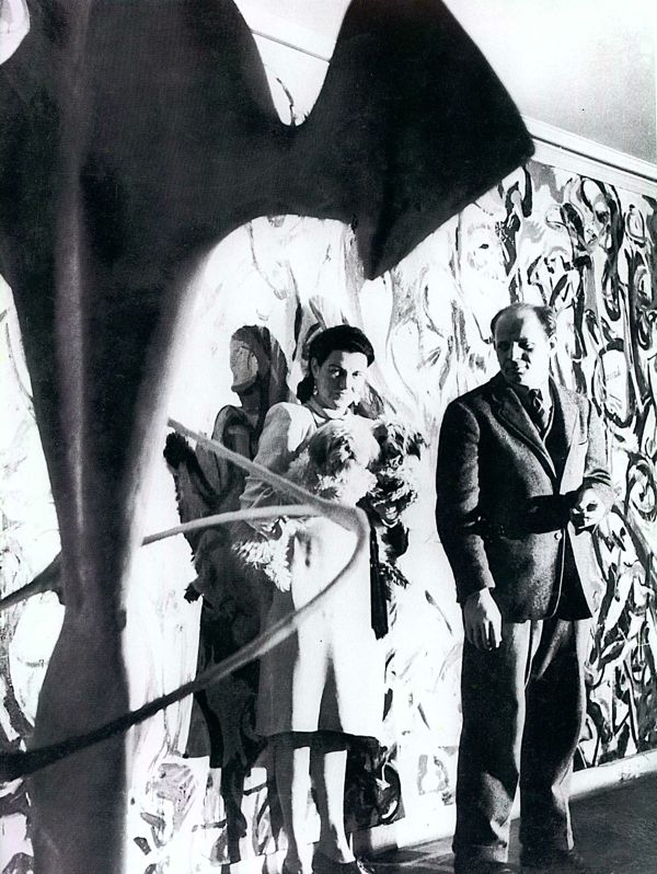 1-Peggy-Guggenheim-e-Jackson-Pollock-davanti-a-Mural-1943