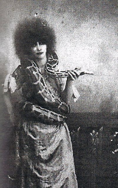 Louisa-Casati-with-one-of-her-pet-snakes-at-a-Beaumont-Ball-Paris-photographer-unknown-ca.1920s