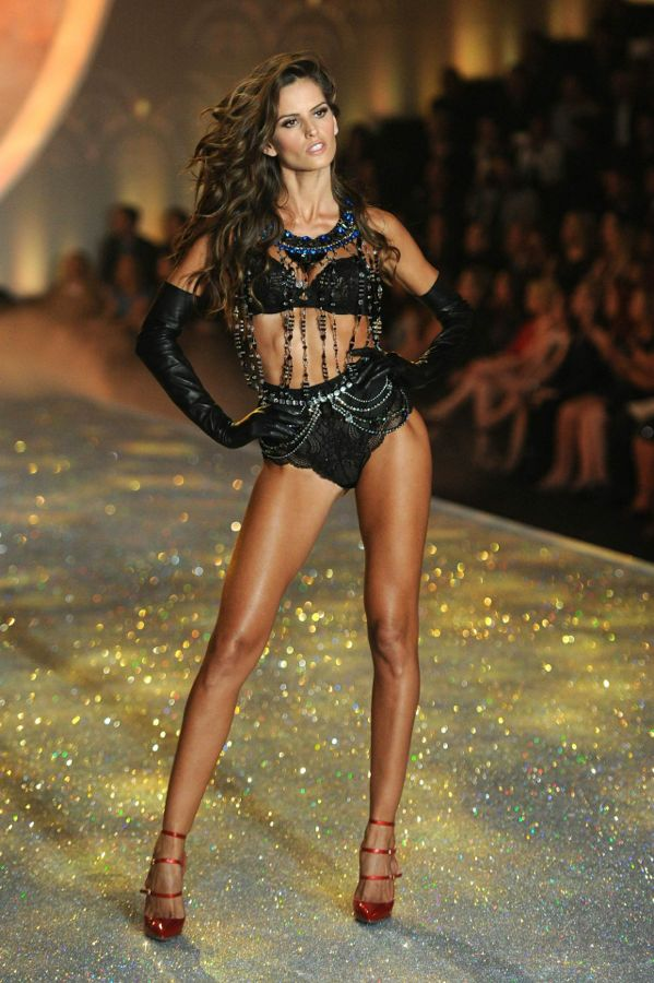 izabel-goulart-victoria-s-secret-fashion-show-runway-new-york-city-november-2013_2