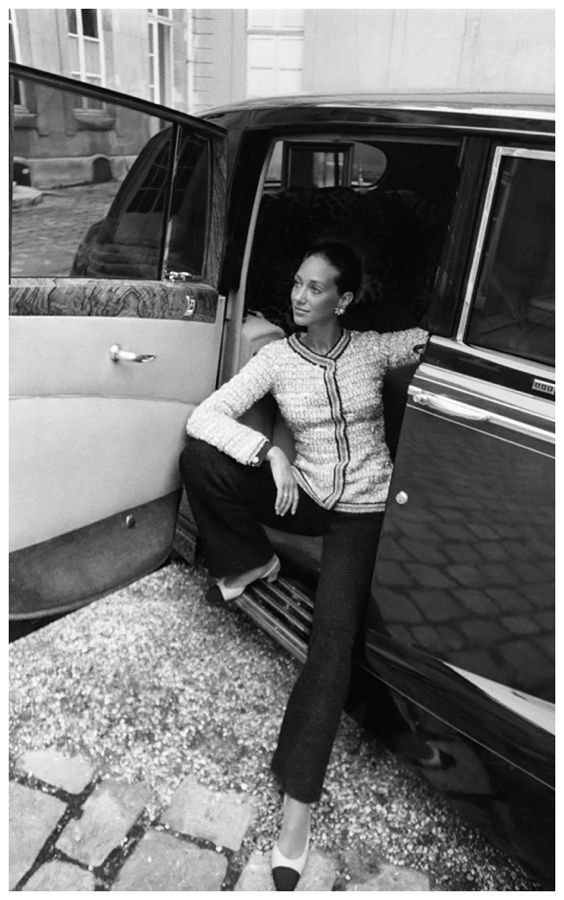 marisa-berenson-seated-in-the-back-seat-of-a-rolls-royce-wearing-a-chanel-pant-suit-1969-photo-arnaud-de-rosnay