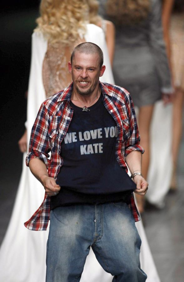 2005-10-alexander-mcqueen-lee-shows-his-support-for-kate-moss-mcqueen-show-ss2006