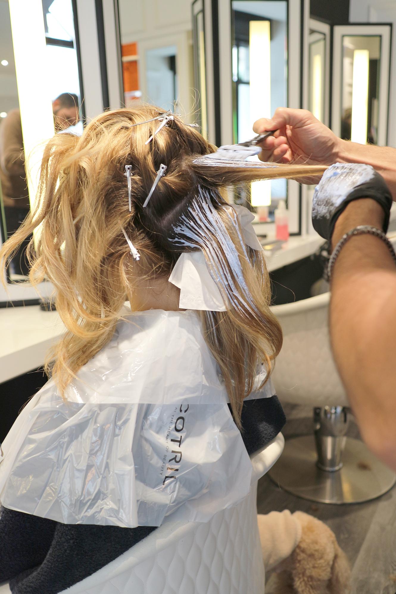 divisione dei capelli e applicazione prodotto schiarente