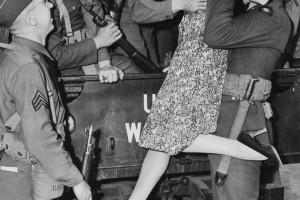 1941, USA. LOS ANGELES. ACTRESS MARTHA O DRISCOLL KISSING AN OFFICER