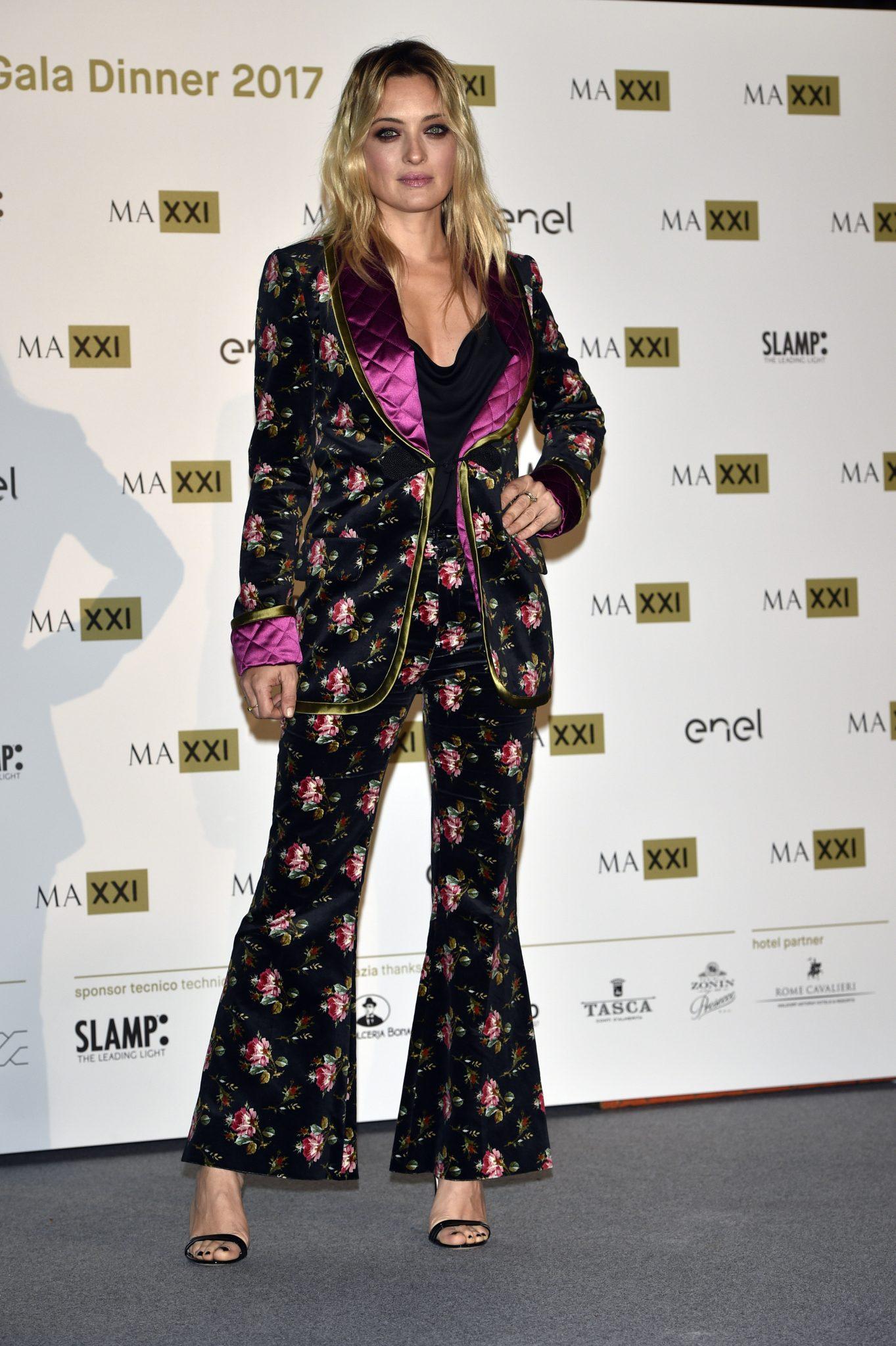 Come tante celebrities nel mondo anche la nostrana Carolina Crescentini sceglie Gucci sfoggiando un total look della collezione Cruise 2018. Sandali a tacco alto in pelle, un completo in velluto nero stampato con revers e polsini fucsia